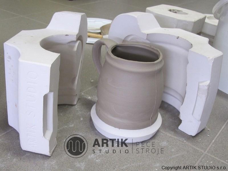 Sádrové formy na litou keramiku - ukázka odlitku hrnečku.
