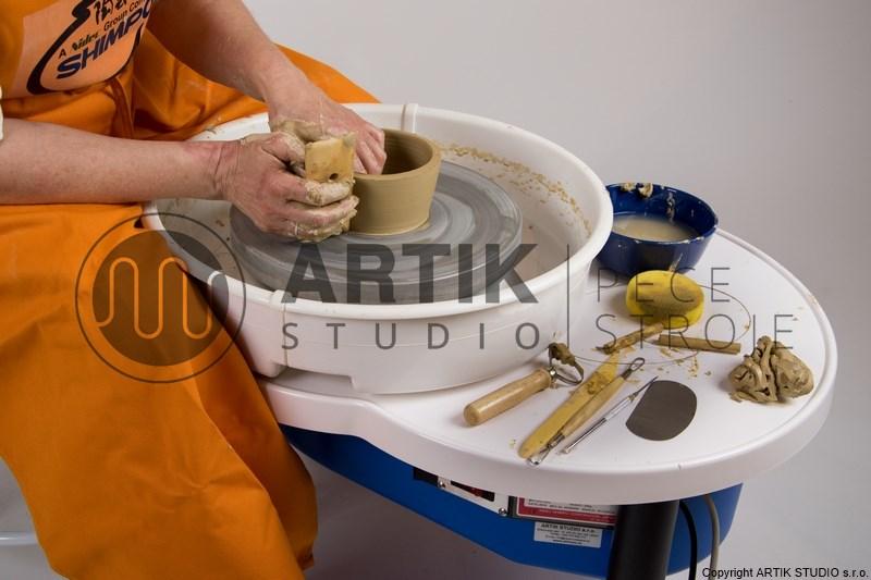 Použití sady keramického nářadí při modelování keramiky