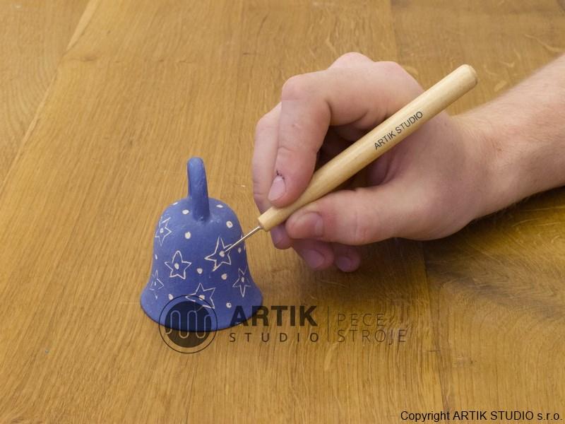 Ukázka dekorace zvonečku technikou proškrabování engoby